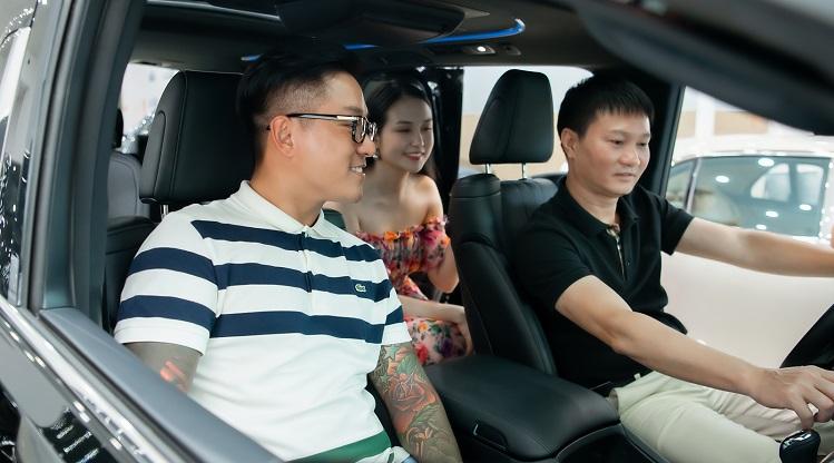 Ông Đào Nguyên đích thân giới thiệu nội thất hạng sang của xế hộp cho vợ chồng Tuấn Hưng.