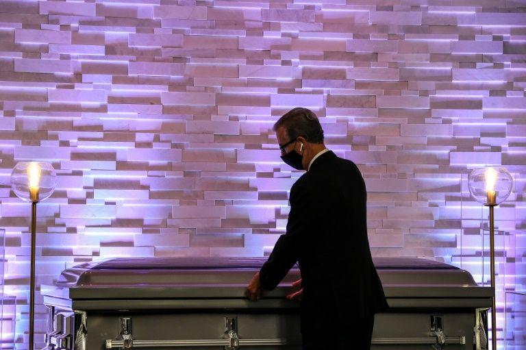 Donald Van Orsdel, chủ tịch của nhà tang lễ cùng tên, bên cạnh một quan tài nạn nhân Covid-19. Ảnh: AFP
