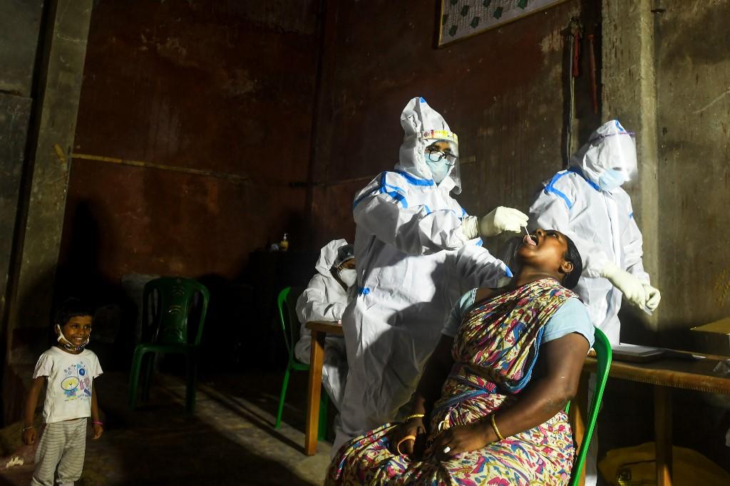 Nhân viên y tế lấy mẫu xét nghiệm nCoV của người dân ở Kolkata, Ấn Độ, hôm 23/7. Ảnh: AFP