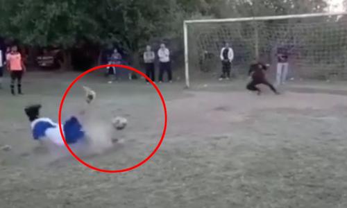 Cậu bé chạy thục mạng vì sút hỏng penalty - 3