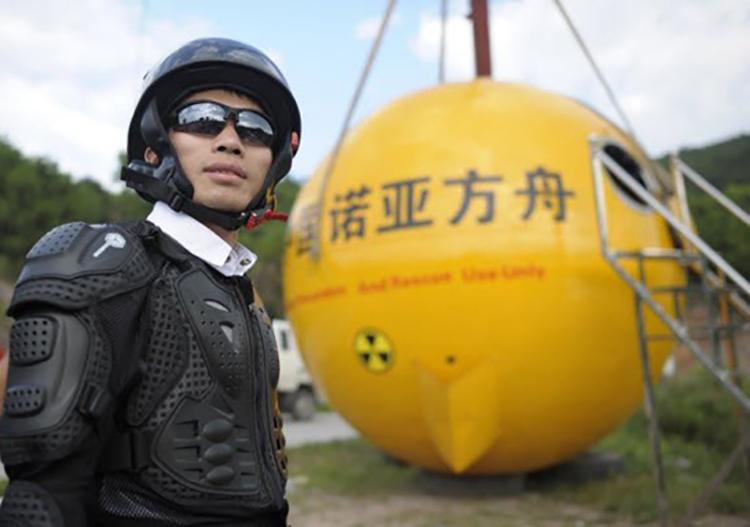 Yang Zongfu chuẩn bị thử nghiệm quả cầu trú ẩn. Ảnh: Sina.