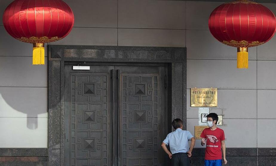 Người đàn ông bên ngoài Tổng lãnh sự quán Trung Quốc ở Houston, bang Texas, Mỹ, hôm 22/7. Ảnh: Reuters.