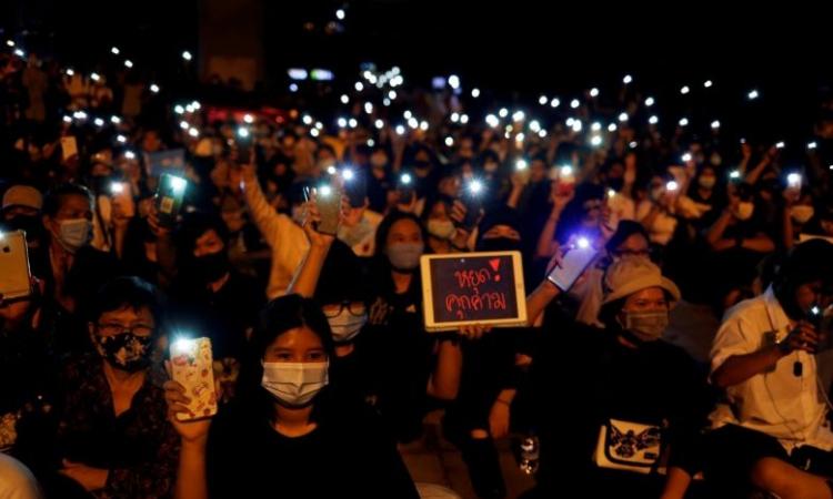 Người biểu tình Thái Lan kêu gọi Thủ tướng Prayut Chan-o-cha từ chức tại Pathum Thani hôm 23/7. Ảnh: Reuters.