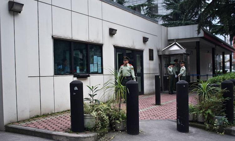 Bên ngoài lãnh sự quán Mỹ ở Thành Đô, thủ phủ tỉnh Tứ Xuyên của Trung Quốc. Ảnh: AFP.