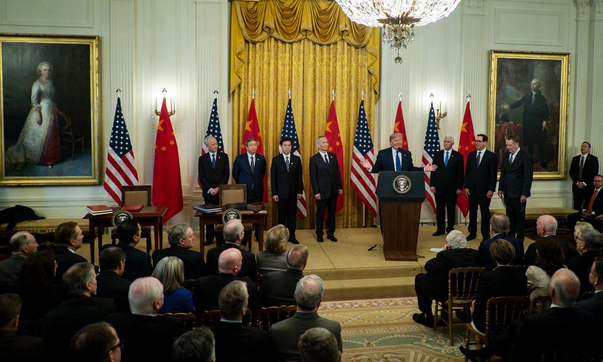 Tổng thống Donald Trump phát biểu tại Nhà Trắng sau cuộc đàm phán thương mại Mỹ - Trung, hồi tháng 1. Ảnh: NYTimes.