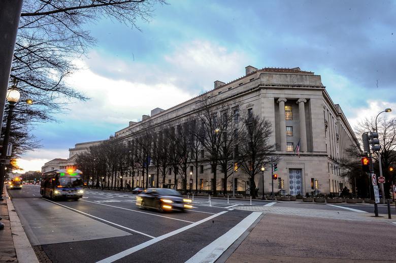 Trụ sở Bộ Tư pháp Mỹ trong buổi bình minh ở thủ đô Washington hôm 14/2. Ảnh: Reuters.