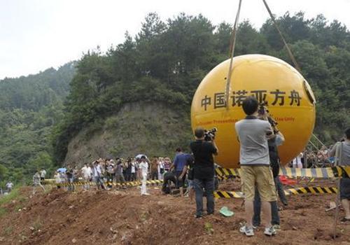 Quả cầu bắt đầu thả ở độ cao 50 m trong sự chứng kiến nhiều người. (ảnh: Sina)