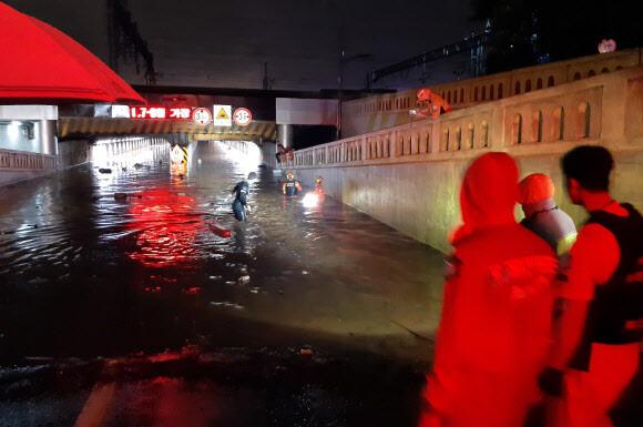 Một đoạn đường hầm ở thành phố Busan bị ngập nặng hôm 23/7. Ảnh: Yonhap