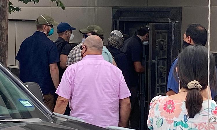 Nhóm nam giới phá cửa sau và đi vào trong tổng lãnh sự quán Trung Quốc tại Houston, Texas, ngày 24/7. Ảnh: Reuters.