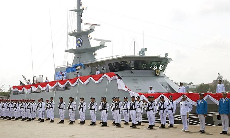 Binh sĩ hải quân Indonesia đứng trước tàu tauan tra KRI Layaran tại cảng Batu Ampar, Batam, quần đảo Riau, tháng 1/2017. Ảnh: Jakarta Post.