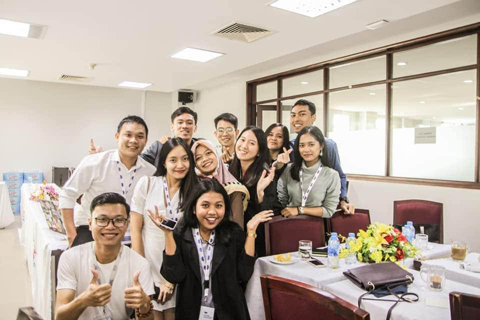 Bảo Nhi (váy trắng) cùng đại diện các nước ASEAN tại hội thảo First SHARE Student Mobility and Alumni, được tổ chức tại TP HCM. Ảnh: Nhân vật cung cấp