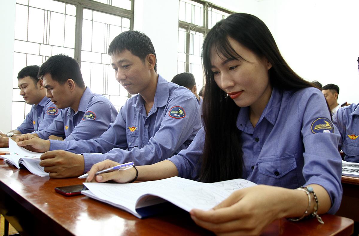 Chị Phạm Thị Thu Thảo, học viên nữ duy nhất, trong buổi học lý thuyết tại trường Cao đẳng Đường Sắt,  hôm 22/7. Ảnh: Hạ Giang.