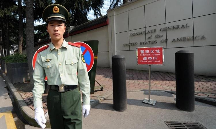 Bên ngoài lãnh sự quán Mỹ tại Thành Đô, thủ phủ tỉnh Tứ Xuyên, Trung Quốc. Ảnh: AFP.