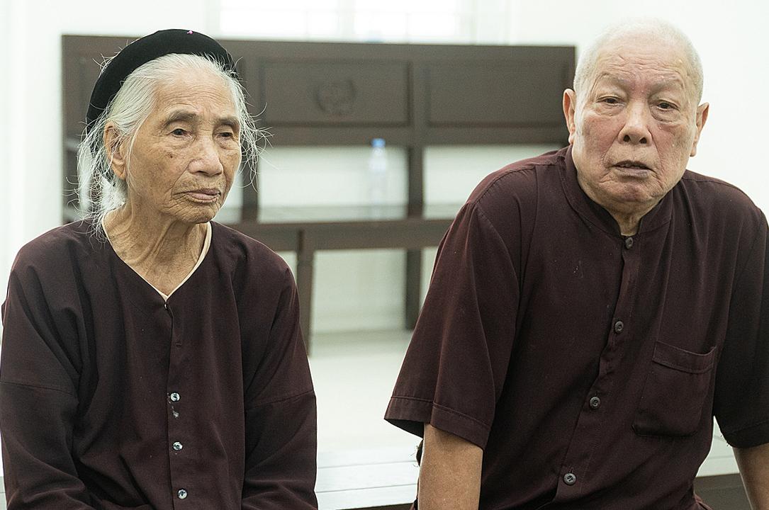 Cụ Đỗ Văn Hợp và vợ tại TAND Hà Nội trong lúc chờ phiên toà, 23/7. Ảnh: Thanh Lam