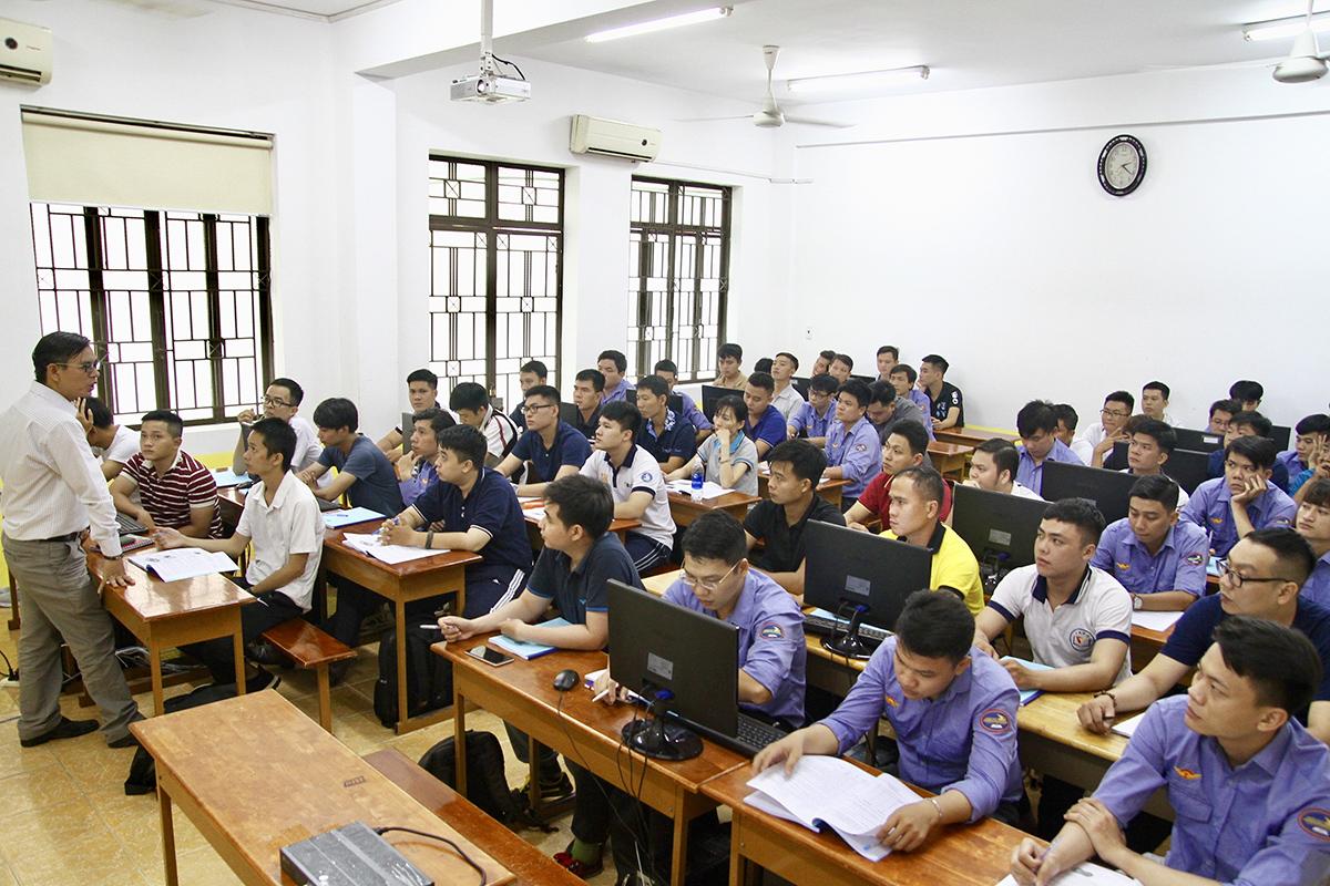 Các học viên đang học lý thuyết tại trường Cao đẳng Đường sắt cơ sở ở quận 3. Ảnh: Hạ Giang.