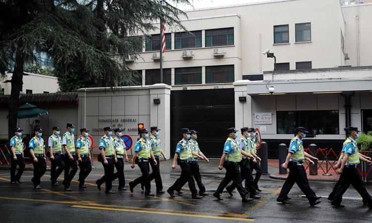 Cảnh sát bên ngoài Tổng lãnh sự quán Mỹ ở Thành Đô, thủ phủ tỉnh Tứ Xuyên, Trung Quốc hôm nay. Ảnh: Reuters.