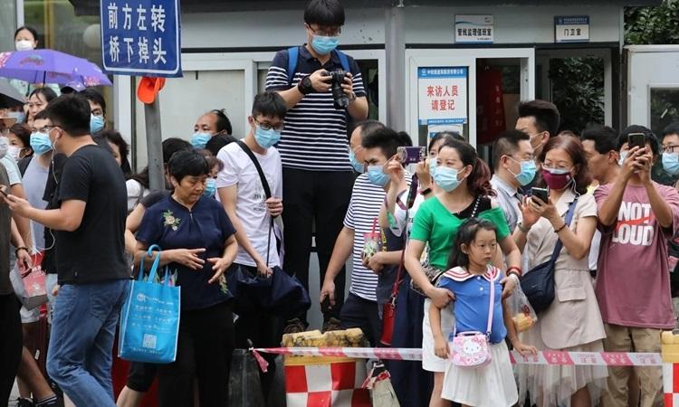 Đám đông tập trung trước Tổng lãnh sự quán Mỹ ở Thành Đô, Tứ Xuyên hôm nay. Ảnh: SCMP.