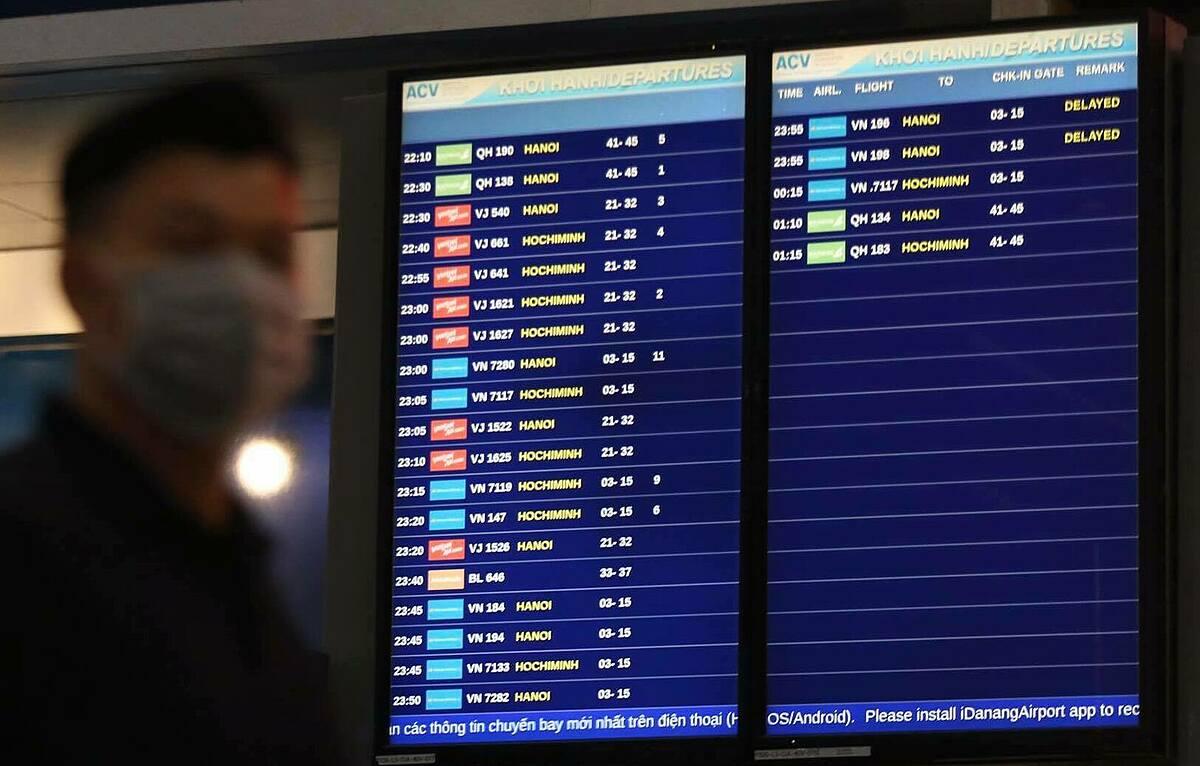 Trong 24 chuyến bay khởi hành từ Đà Nẵng đêm 26 rạng sáng 27/7, có 2 chuyến bị trễ. Phần lớn khách đi về Hà Nội và TP HCM. Ảnh: Gia Chính.