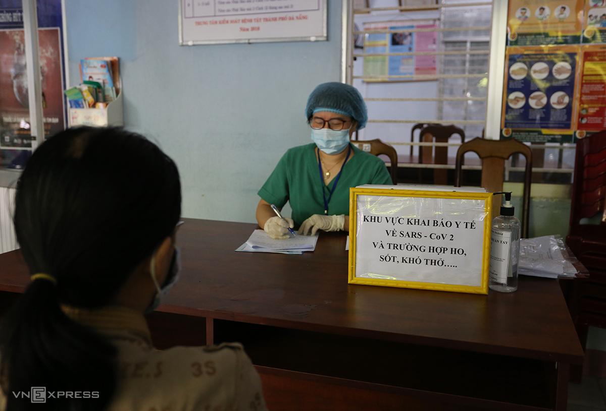 Người dân Đà Nẵng đến cơ sở y tế khai báo. Ảnh: Đắc Thành.