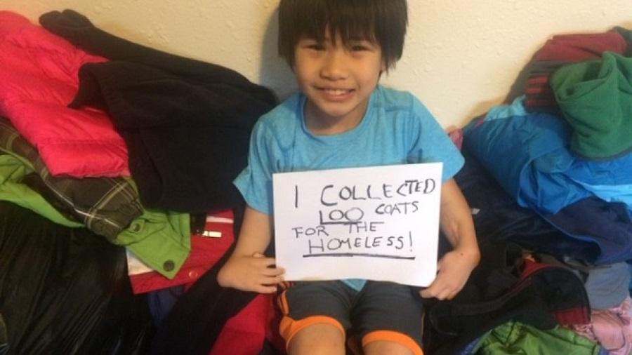 Liêm cầm tấm bảng Cháu có rất nhiều áo khoác cho người vô gia cư, thực hiện dự án từ thiện đầu tiên ở tuổi lên 6. Ảnh: Q13 Fox
