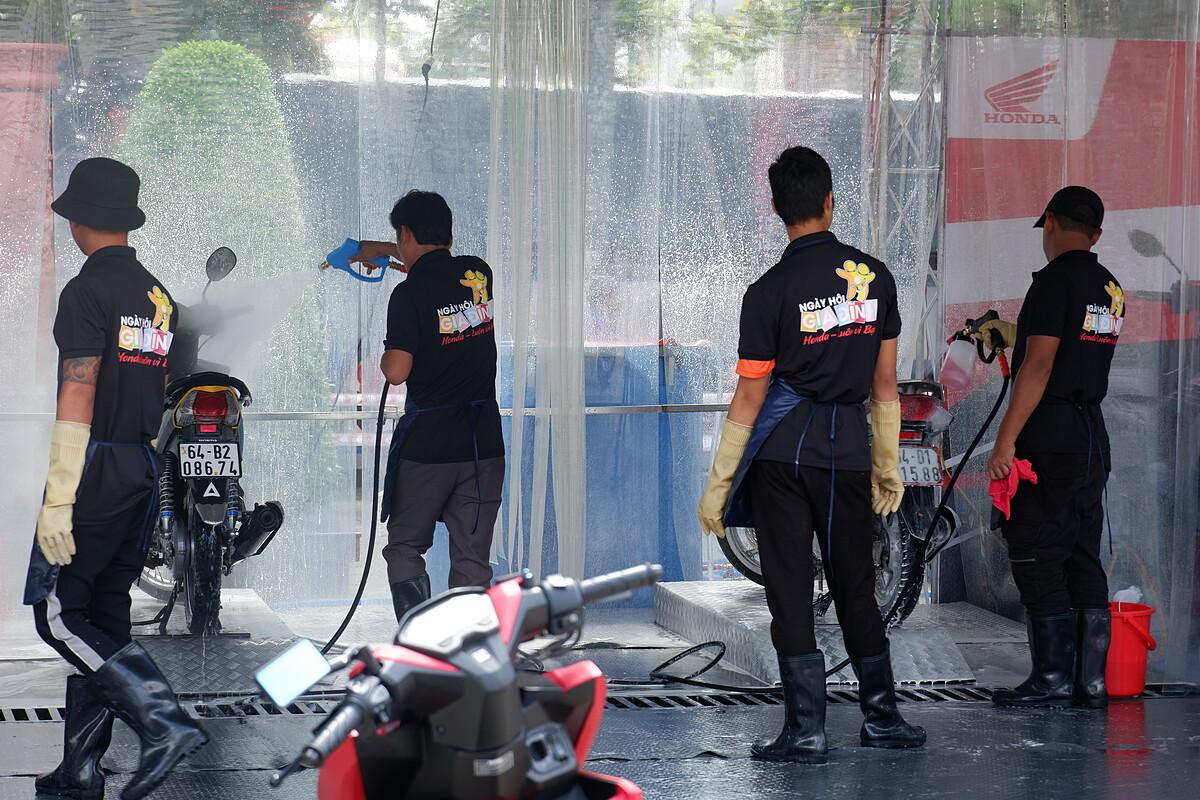 Hoạt động rửa xe miễn phí cho khách hàng.