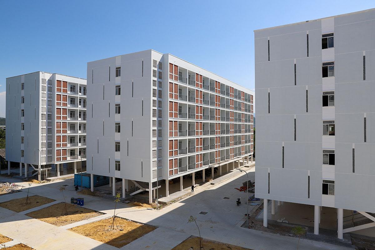 Khu ký túc xá phía Tây, gồm 5 block 6 tầng nổi đang được gấp rút hoàn thiện làm khu cách ly tập trung. Ảnh: Nguyễn Đông.