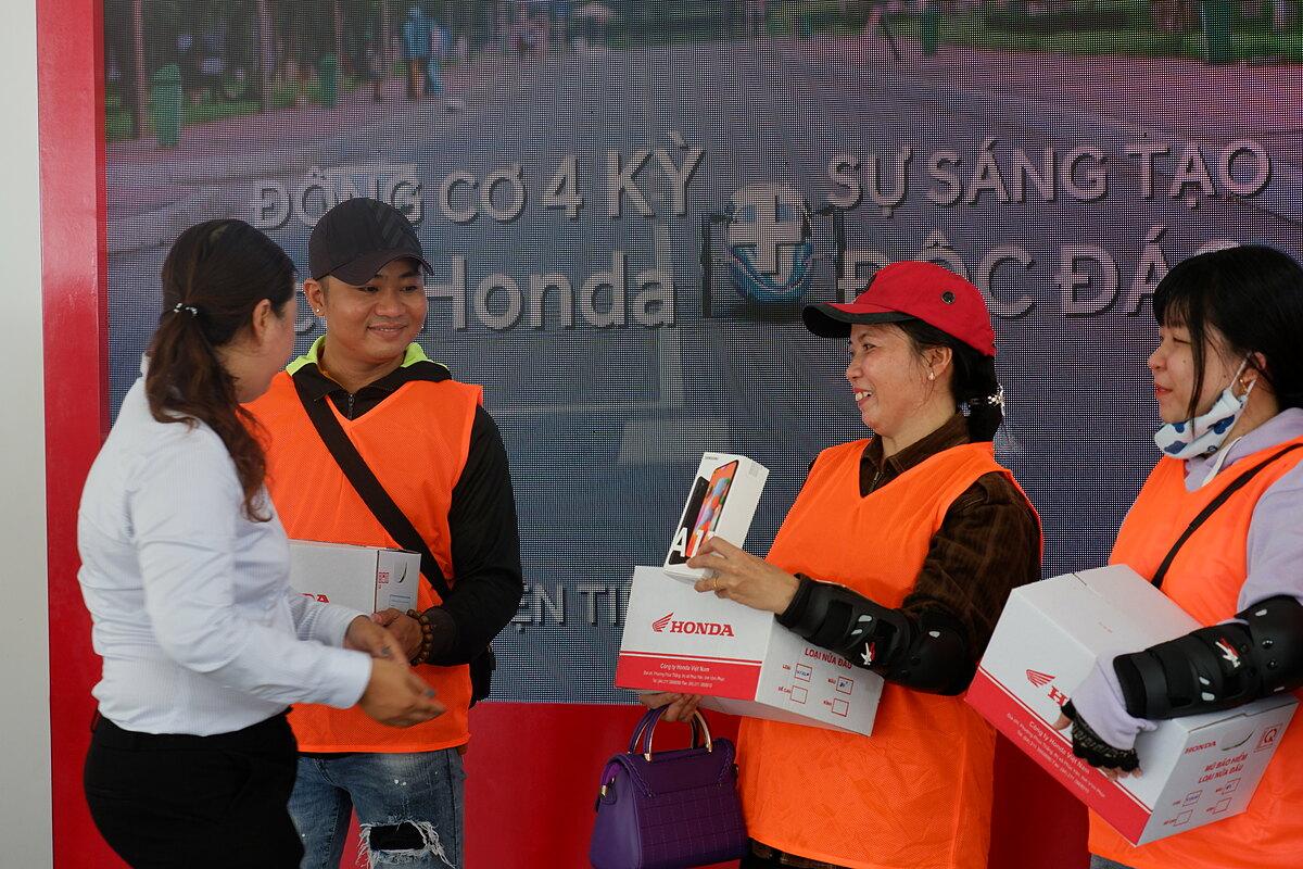 Khách hàng tham gia sự kiện được nhận nhiều phần quà hấp dẫn.