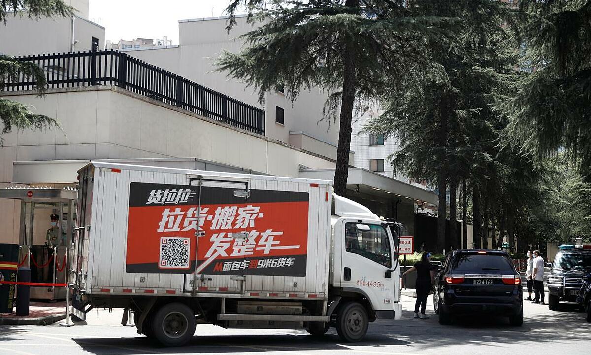 Xe tải vận chuyển đồ đi vào trụ sở tổng lãnh sự quán Mỹ ở Thành Đô, tỉnh Tứ Xuyên, Trung Quốc, hôm nay. Ảnh: Reuters.