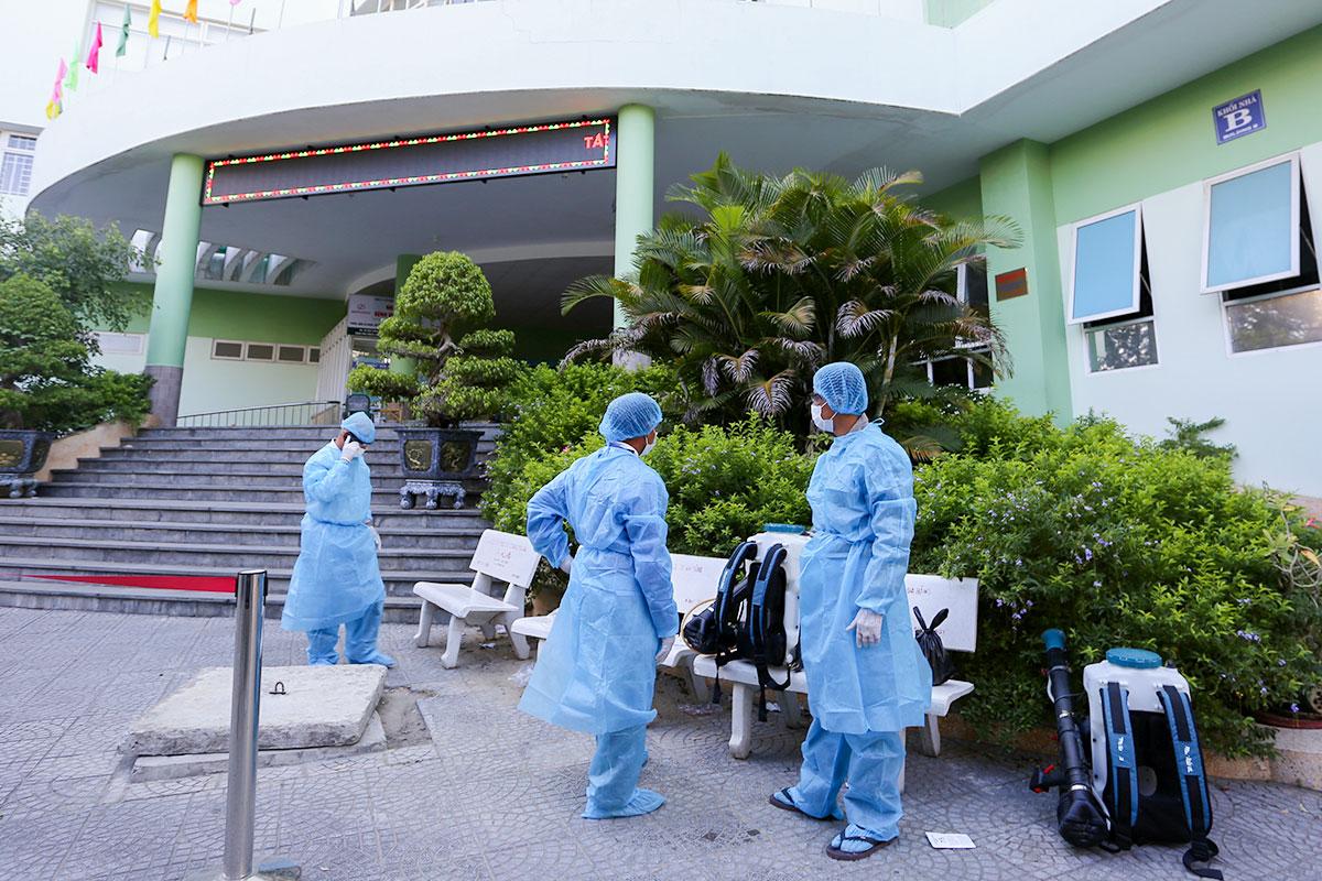 Nhân viên y tế quận Hải Châu phun khử khuẩn Trung tâm y tế quận để đưa người về cách ly. Ảnh: Đắc Thành.