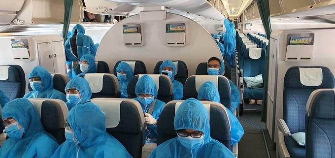 Các công dân Việt Nam trên chuyến bay từ châu Âu về nước hôm 21-22/7. Ảnh:Bộ Ngoại giao