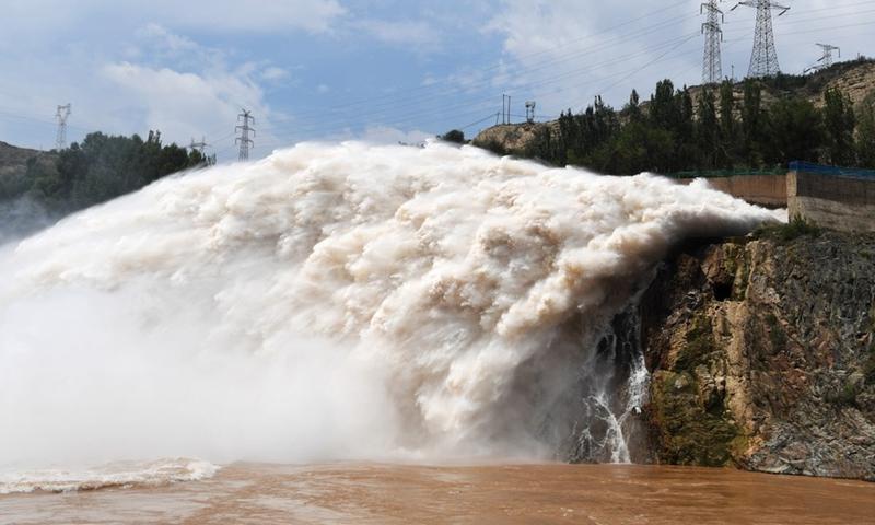 Đập Liujiaxia ở Cam Túc, Trung Quốc xả lũ hôm 21/7. Ảnh: Xinhua.