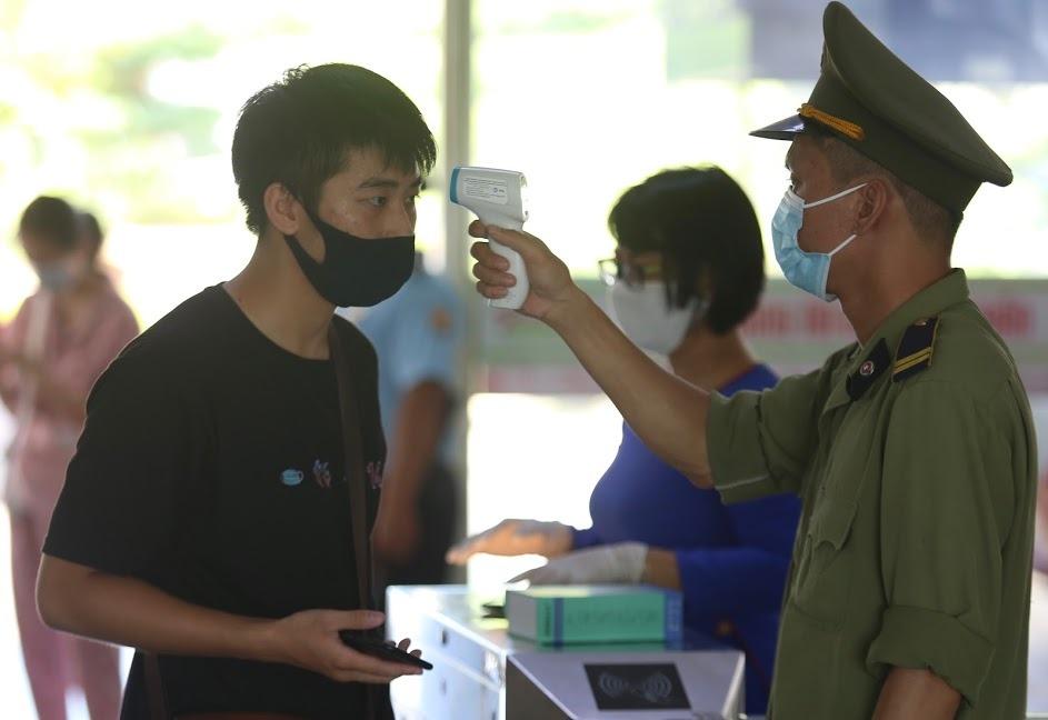 Hành khách được kiểm tra thân nhiệt tại ga Đà Nẵng. Ảnh: Gia Chính.