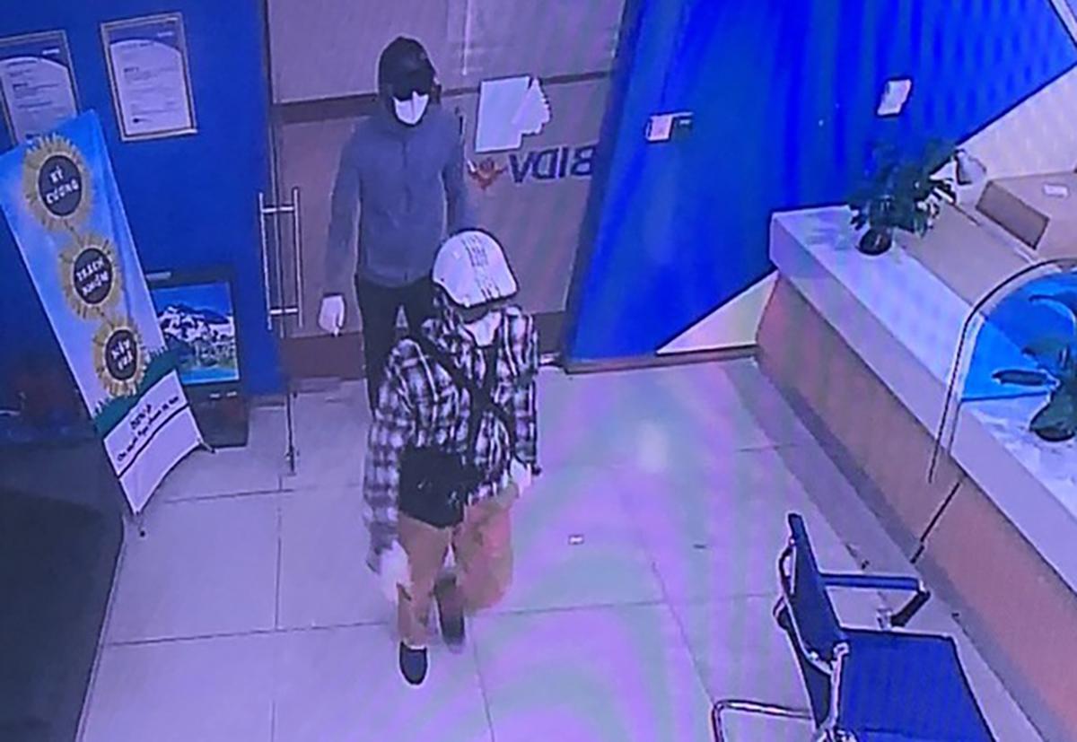 Hình ảnh hai nghi can xông vào ngân hàng. Ảnh: Công an cung cấp.