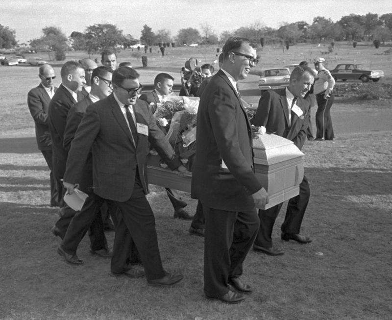 Các phóng viên khiêng quan tài Lee Harvey Oswald tháng 11/1963. Ảnh: AP.