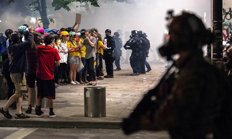 Cảnh sát và người biểu tình đụng độ ở thành phố Portland, bang Oregon hôm 5/7. Ảnh: AFP.