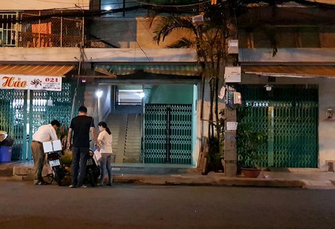 Cán bộ y tế quận 11 đến chung cư điều tra dịch tễ những người tiếp xúc với bệnh nhân 420 trong đêm 26/7. Ảnh: Thanh Duy.