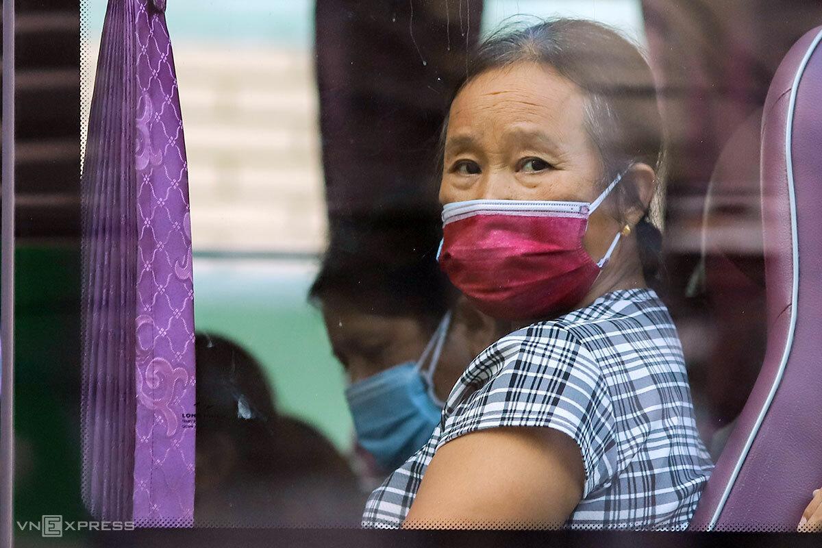 Một người nhà bệnh nhân trên xe về khu cách ly tập trung. Ảnh: Nguyễn Đông.
