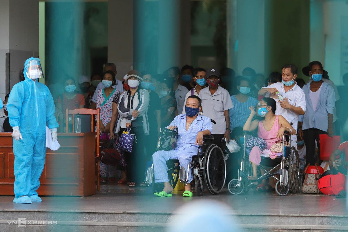 Bệnh nhân sắp được xuất viện, và người nhà tại Bệnh viện Đà Nẵng được đưa đi cách ly tập trung, chiều 27/7. Ảnh: Nguyễn Đông.