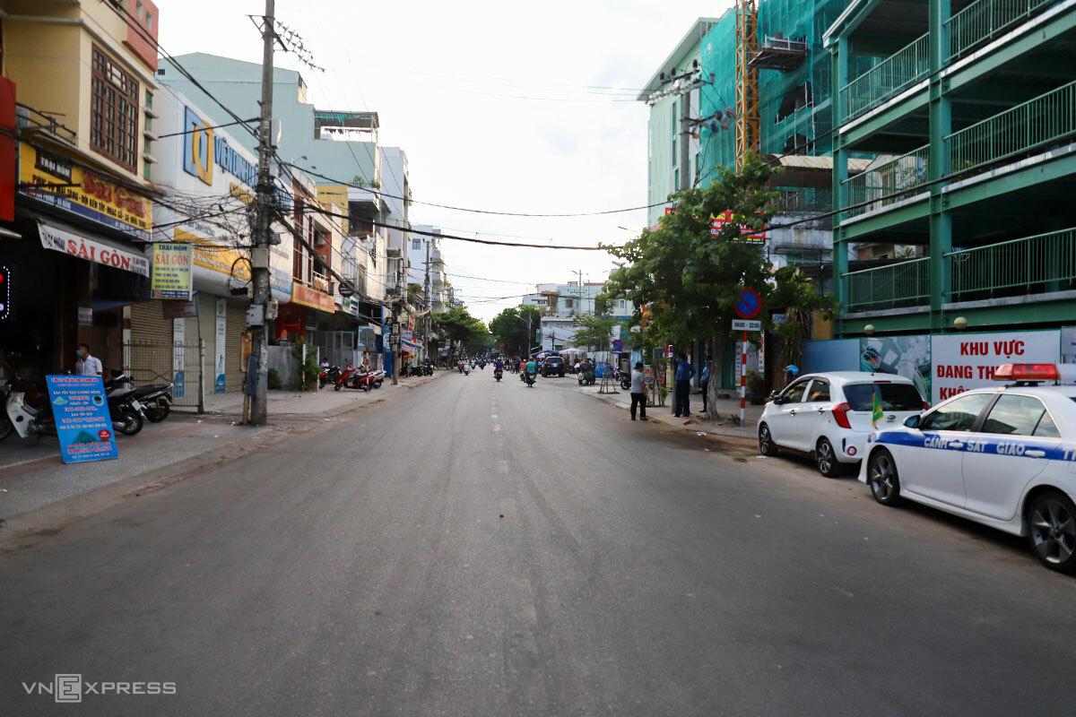 Một đoạn đường Hải Phòng, khu vực sắp bị phong toả, vắng vẻ vào chiều 27/7. Ảnh: Nguyễn Đông.