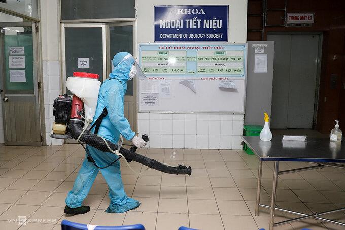 Quân đội phun thuốc khử khuẩn Bệnh viện Đà Nẵng, đêm 26/7. Ảnh:Nguyễn Đông.