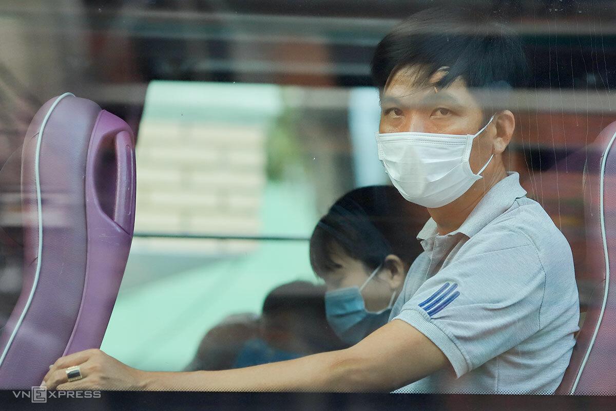 Người nhà bệnh nhân đang điều trị tại Bệnh viện Đà Nẵng được đưa đi cách ly tập trung, chiều 27/7. Ảnh: Nguyễn Đông.