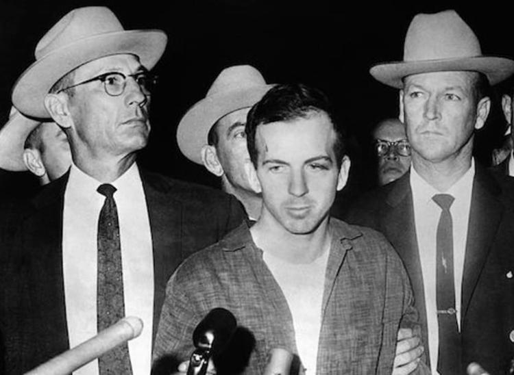 Lee Harvey Oswald (giữa) bị bắt thắng 11/1963. Ảnh: AFP.