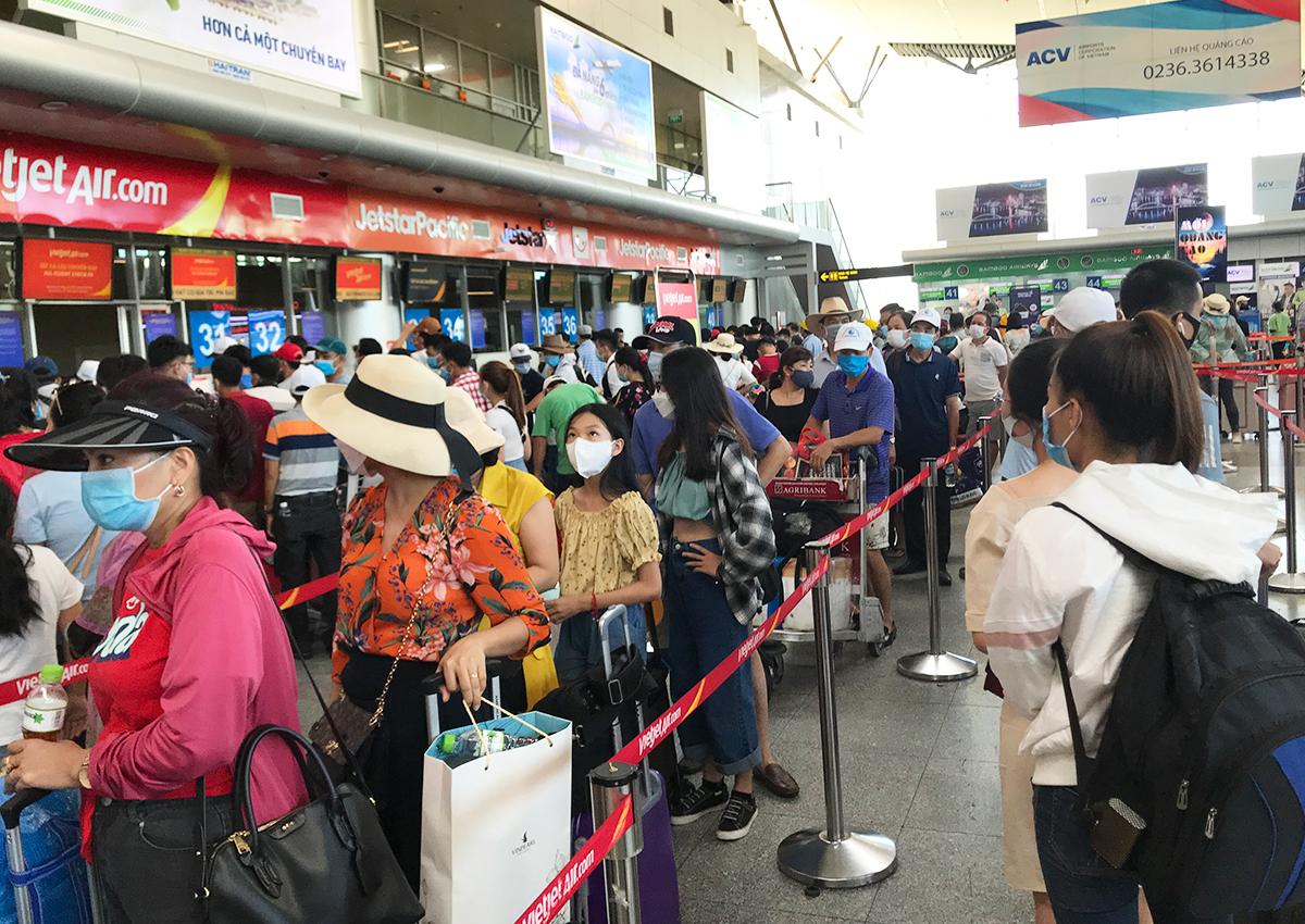Hành khách xếp hàng làm thủ tục bay tại sân bay Đà Nẵng chiều 26/7. Ảnh: Anh Duy