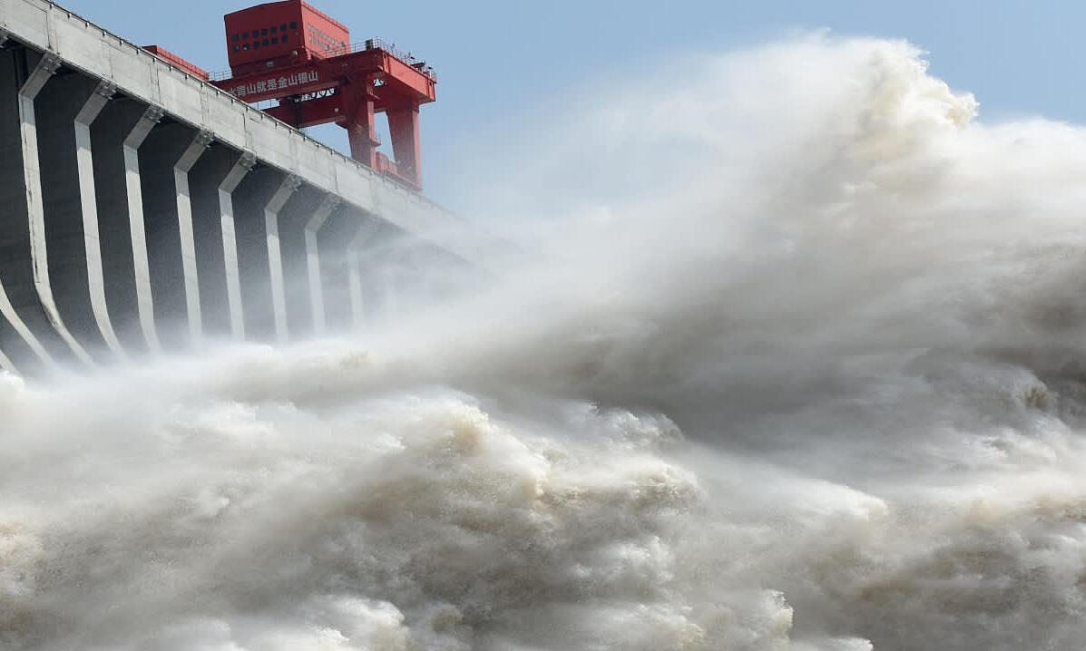 Đập Tam Hiệp tại tỉnh Hồ Bắc, Trung Quốc, xả lũ hôm 15/7. Ảnh: Reuters.