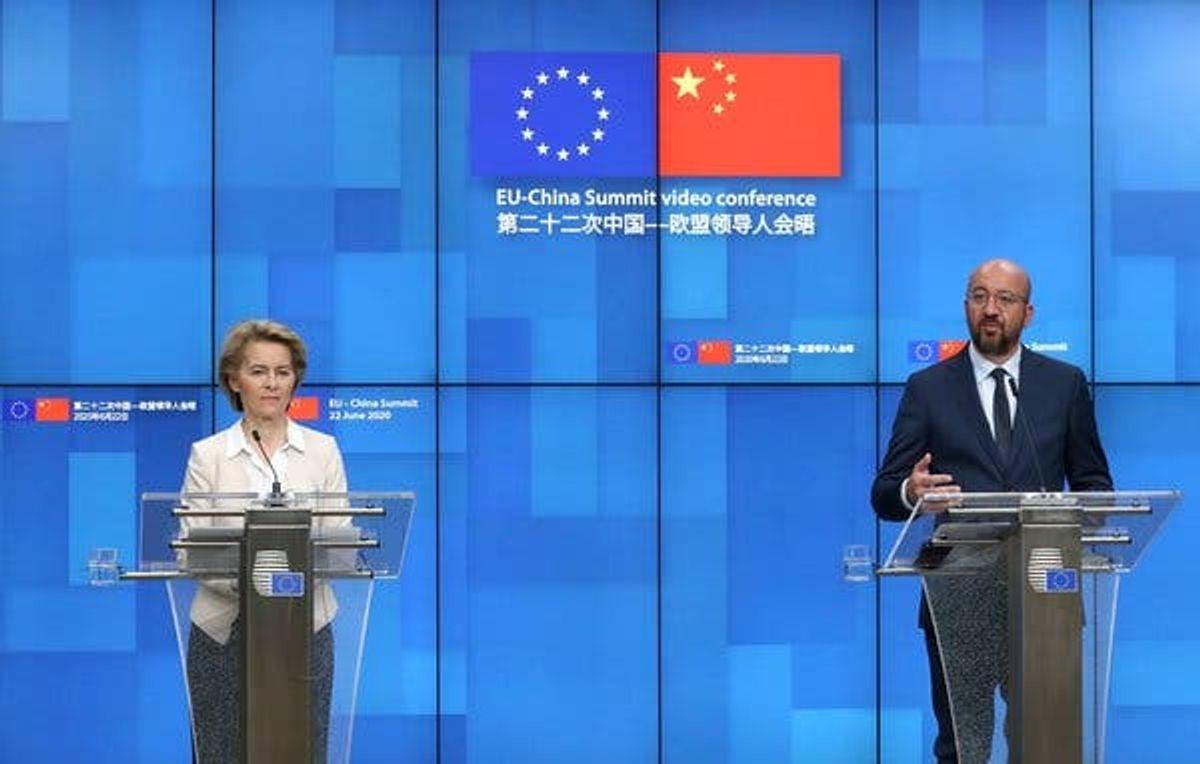 Chủ tịch Hội đồng châu Âu Charles Michel (phải) và Chủ tịch Ủy ban châu Âu Ursula von der Leyen tại cuộc họp báo ở Brussels, Bỉ, sau hội nghị thượng đỉnh trực tuyến với Chủ tịch Trung Quốc Tập Cận Bình hôm 22/6. Ảnh: Reuters.