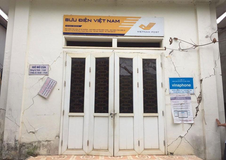 Nhà bưu điện xã Nà Mường, huyện Mộc Châu bị nứt. Ảnh: PCTT Mộc Châu.