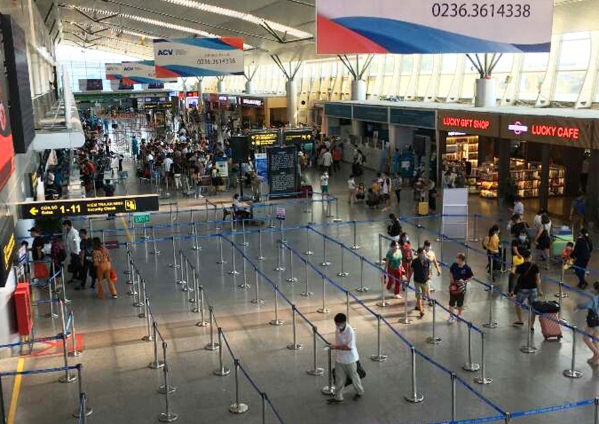 Sân bay Đà Nẵng khá vắng vẻ lúc 19h ngày 27/7. Ảnh: Anh Duy.