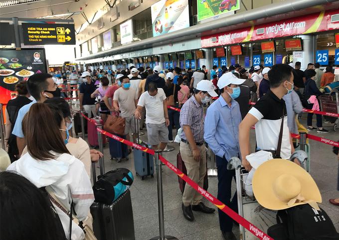 Hành khách làm thủ tục tại sân bay Đà Nẵng chiều 26/7. Ảnh: Đoàn Loan.