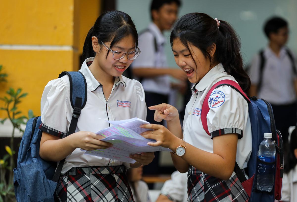 Thí sinh thi vào lớp 10 tại điểm thi trường THPT Trưng Vương (quận 1) ngày 16/7. Ảnh: Quỳnh Trần.