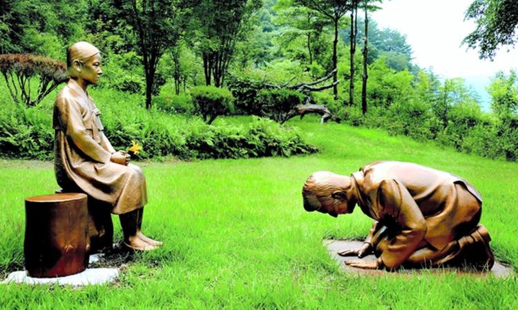 Bức tượng gây tranh cãi tại một vườn bách thảo ở thành phố Pyeongchang, Hàn Quốc, hôm 27/7. Ảnh: Kyodo.